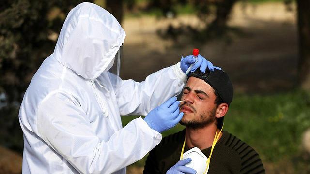 Проверка на коронавирус в районе Хеврона. Фото: EPA