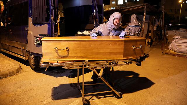 הלוויה של יהודי שחי בצרפת אשר נפטר מקורונה (צילום: EPA)