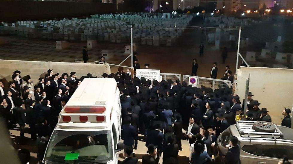 כך זה נראה בהלוויה ()