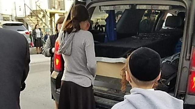 בתו של נהג האוטובוס נפרדת מאביה (קובי בורנשטיין)