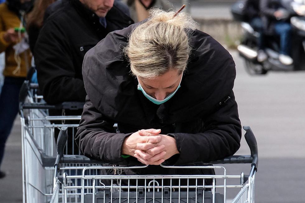 איטליה פאלרמו פלרמו סיציליה מרכול סופרמרקט תורים תור נגיף קורונה (צילום: MCT)