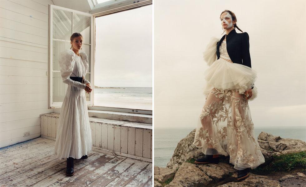 הקמפיין של המותג הבריטי אלכסנדר מקווין מציג שלוש נשים בבית מבודד על חוף הים בבגדים בצבעוניות של שחור ולבן, עם אלמנטים ויקטוריאניים ומבט מהורהר על החיים. לנו זה הספיק כדי להתאהב בבגדים ובאווירה המלנכולית