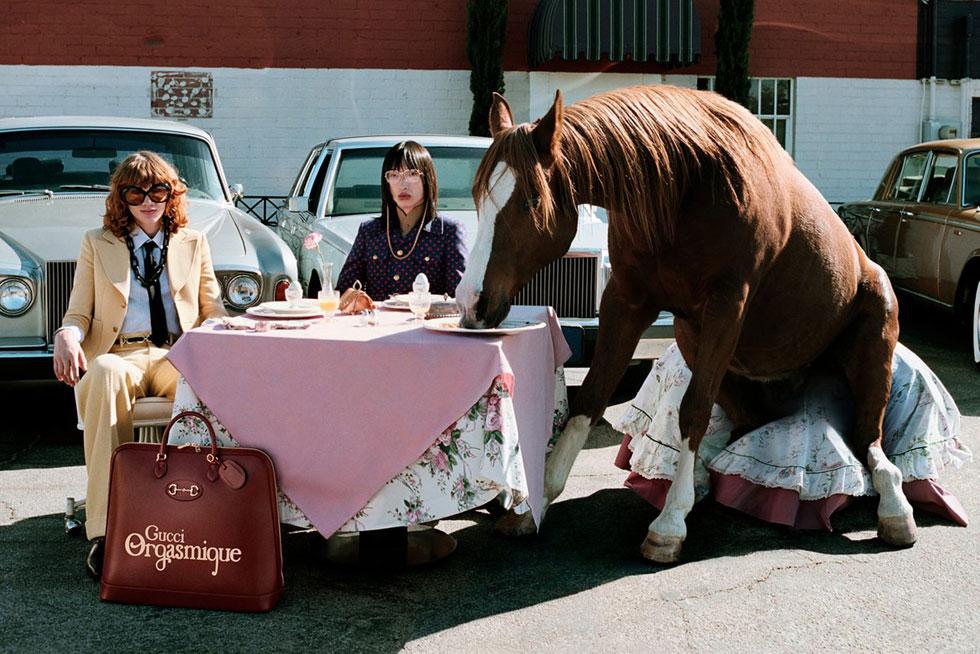 הקמפיין העתידני ומלא ההומור של גוצ'י מתאים כמו כפפה למציאות הסוריאליסטית. בכל זאת, לא בכל יום רואים סוסה יושבת לארוחת צהריים בלב עיר. הסוס מופיע כמוטיב חוזר בכל תמונות הקמפיין, ובמותג הדגישו כי אף חיה לא נוצלה או נפגעה במהלך הצילומים