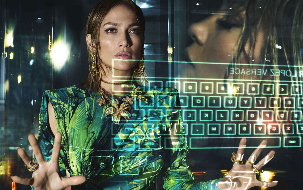 ההופעה המפתיעה של ג'ניפר לופז בתצוגה של ורסאצ'ה בספטמבר האחרון תורגמה גם לקמפיין בכיכובה. הזמרת בת ה-50 מופיעה בפריטי לבוש בהדפס הדקלים הנודע, שהשיק את שיתוף הפעולה שלה עם בית האופנה האיטלקי בשנת 2000