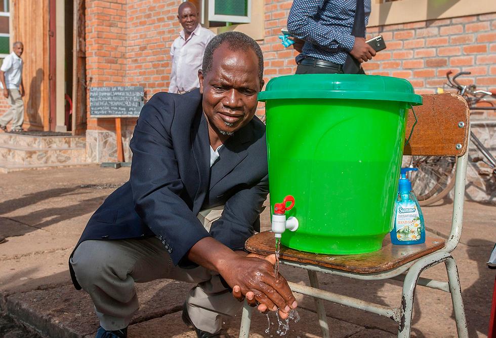 מלאווי שטיפת ידיים נגיף הקורונה מדינות בלי קורונה (צילום: AFP)