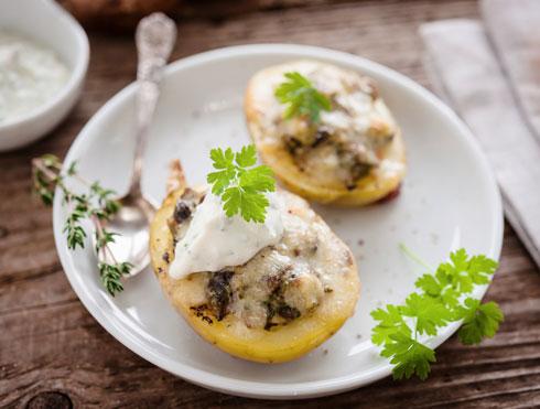 תפוח אדמה ממולא בפטריות וגבינה עם שמנת חמוצה מעל (צילום: Shutterstock)