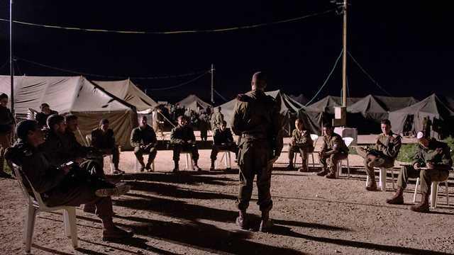 החל ממחר בצהריים - מאות יצטרפו לכוחות המשטרה. החיילים בתדרוך (צילום: דובר צה