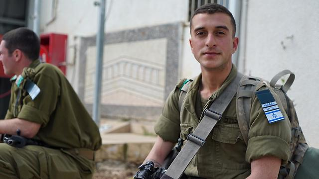 מפקדים יישאו נשק, חיילים בהכשרה עם תג ועליו דגל ישראל (צילום: דובר צה