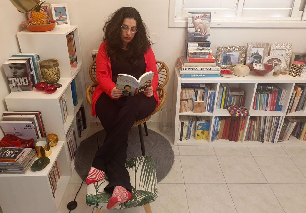 ענת לב אדלר בביתה בתל אביב, השבוע. הגיע הזמן ליישם את הסעיף השלישי בתפילת השלווה