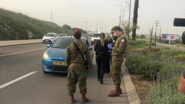 חיילים עוזרים באכיפה במכבים רעות (צילום: נדב אבס)