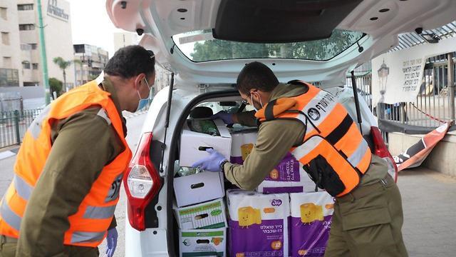 חיילים מחלקים מזון בבני ברק (צילום: טל שחר)