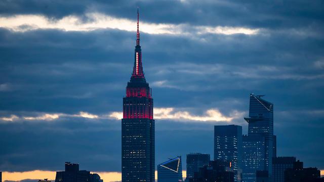 הואר באדום לטובת הצוותים הרפואיים. מגדל אמפייר סטייט בניו יורק (צילום: AFP)
