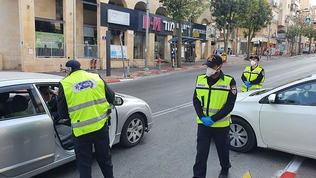 משטרה ומחסומים בכניסה לבני ברק ()