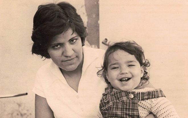"""בילדותה, עם אמה דבורה. """"קוסקוס לצד גפילטע פיש"""" (צילום: אלבום פרטי)"""