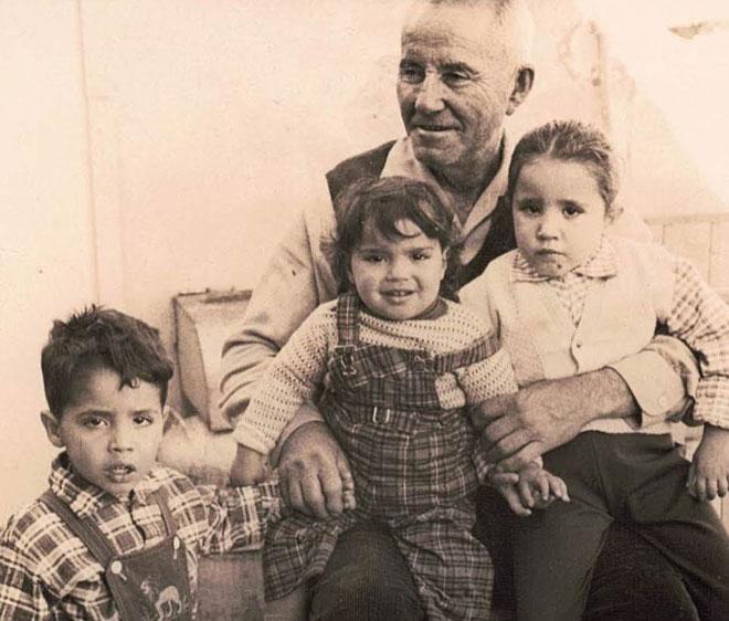 """אורלי (במרכז) עם הסבא ושני האחים הגדולים. """"הוא היה דמות משמעותית בחיי"""" (צילום: אלבום פרטי)"""