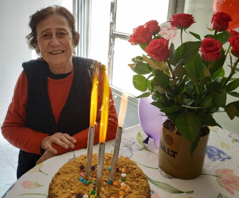 בשכונה של תמר אידלסון, שחגגה יום הולדת 93, התנדבו לשמח אותה ולשיר לה מתחת לחלון ()