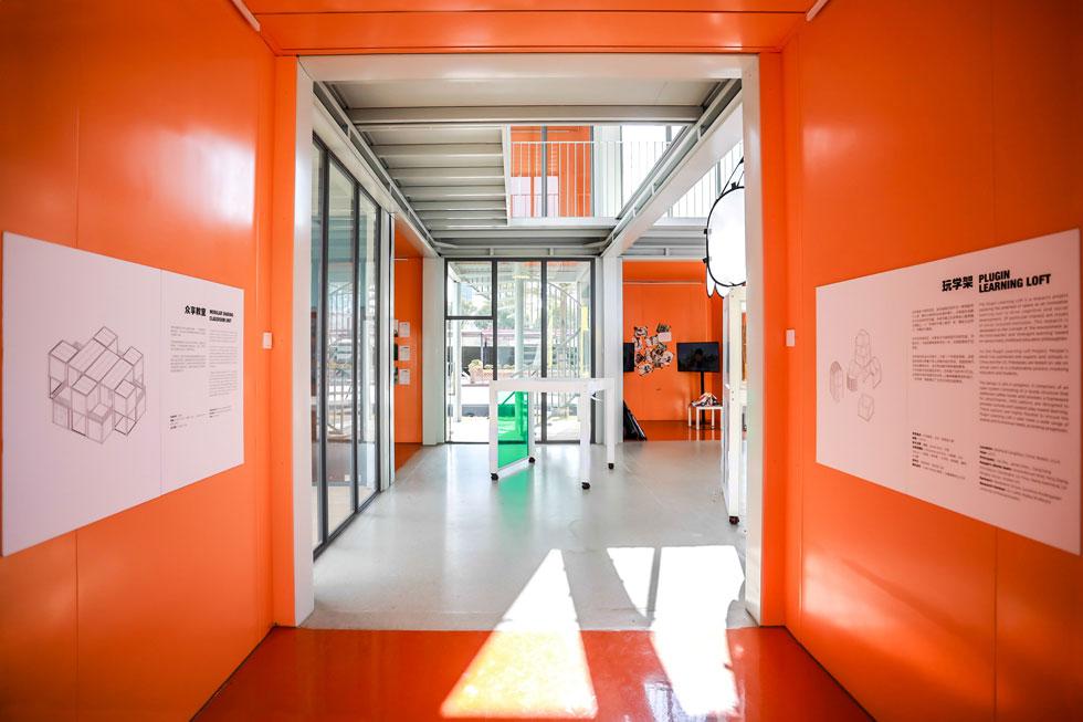 מסדרון. הצבעוניות מאפיינת את המשרד הזה (צילום: People's Architecture Office)