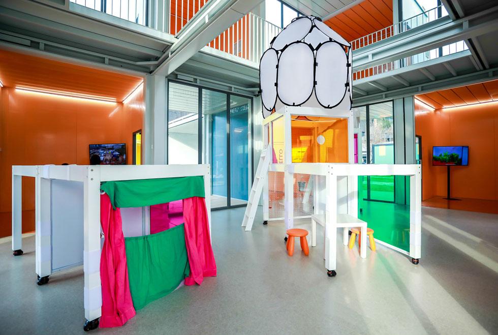 חלל לתערוכות של התלמידים. הריהוט מותאם להזזה מהירה וקלה, כמעין מתקני משחק (צילום: People's Architecture Office)