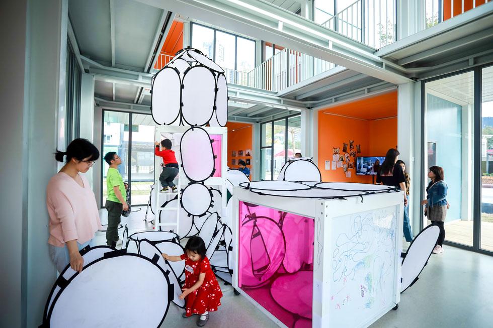 אחד מאזורי הלמידה. מערך החדרים מגוון, ומחולק לכיתות, אזורי למידה והצגת פרזנטציות (צילום: People's Architecture Office)