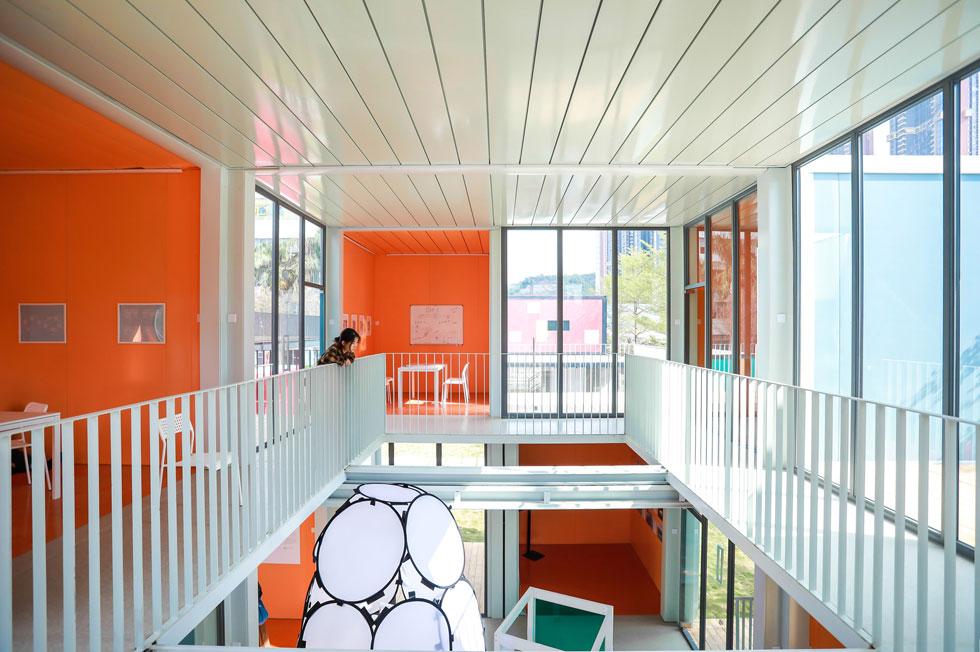 חלל בגובה שתי הקומות מאחד בין הכיתות השונות. הכיתות קטנות יחסית, וזה גם כן פתרון שמותאם לרוח התקופה שבה חוששים מהדבקה בין ילדים ומורים (צילום: People's Architecture Office)