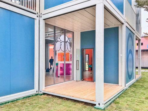 המרפסת היא כיתה, לצורך השיעור שייערך בה (צילום: People's Architecture Office)
