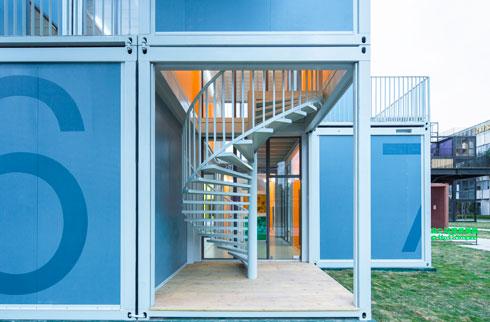 מרפסות עם מעקה סביר (צילום: People's Architecture Office)
