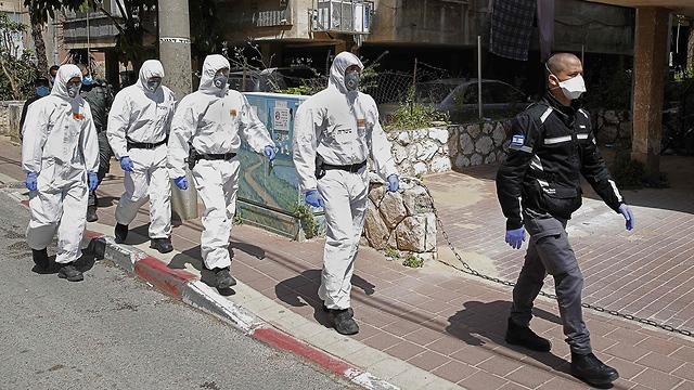 שוטרים ליד ישיבה בבני ברק (צילום: AFP)