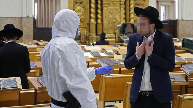 שוטרים בישיבה בבני ברק (צילום: AFP)
