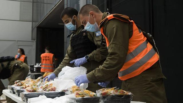 Солдаты Службы тыла готовят продовольственные пакеты. Фото: пресс-служба ЦАХАЛа