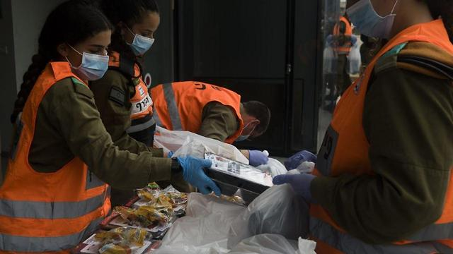 Солдаты готовят продовольственную помощь. Фото: пресс-службы ЦАХАЛа