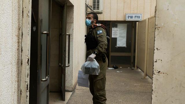 Солдаты разносят продовольственные наборы. Фото: пресс-служба ЦАХАЛа