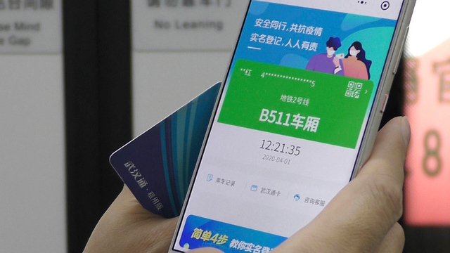 נגיף קורונה סין החיים אחרי הסגר קוד בריאות ירוק ב סמרטפון טלפון (צילום: AP)