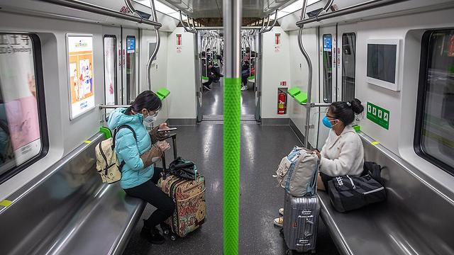 נגיף קורונה סין החיים אחרי הסגר קוד בריאות ירוק ב סמרטפון טלפון (צילום: EPA)