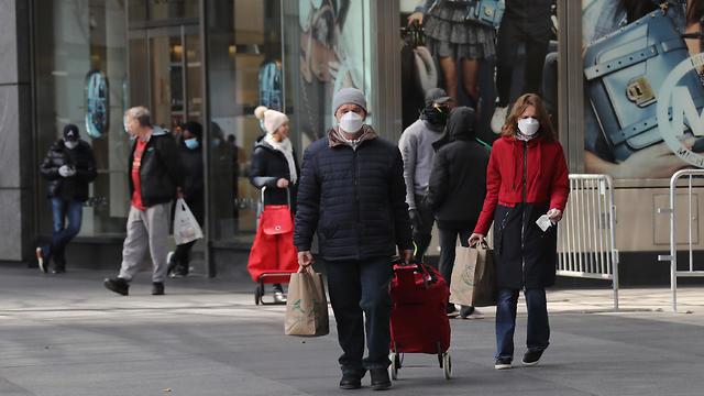 תושבים עוטים מסכות בעיר ניו יורק (צילום: GettyImages)