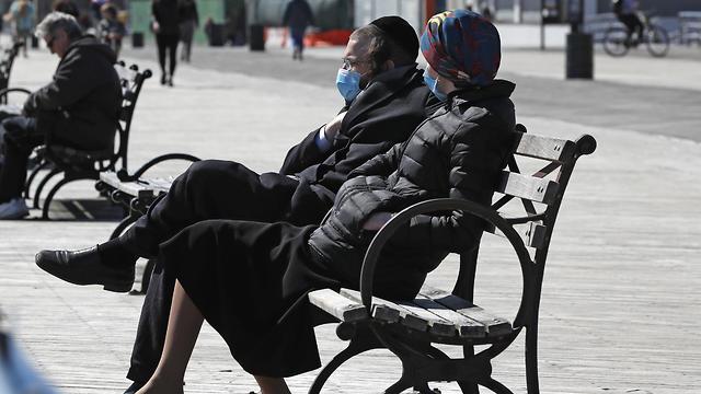 תושבים עוטים מסכות בעיר ניו יורק (צילום: AP)