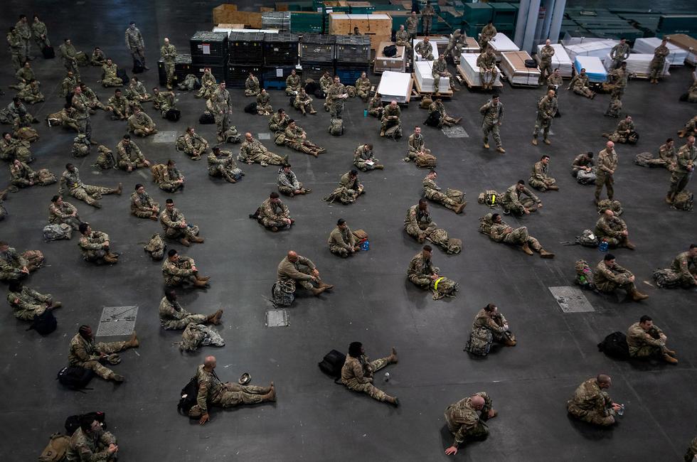 חיילים אמריקנים במרכז ג'וויטס שהפך לבית חולים לחולי קורונה (צילום: רויטרס)