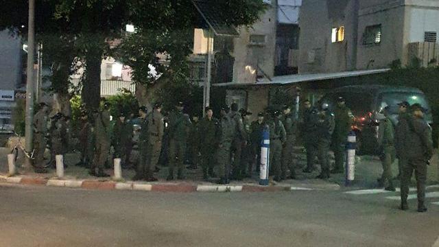 חיילים בבני ברק עומדים צמוד (צילום: הבני ברקים)