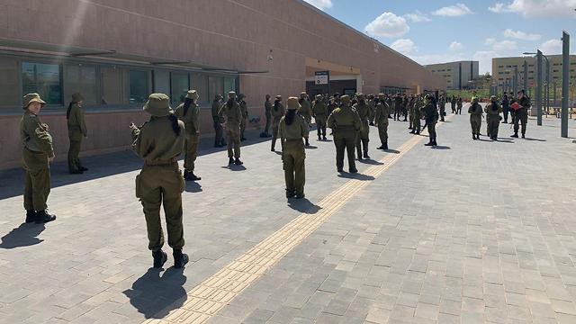 חיילים שומרים על ההנחיות בעיר הבה