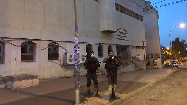 שוטרים מחוץ לבית הכנסת
