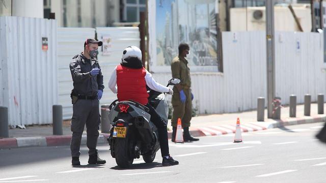 Полицейский контроль за карантином в Тель-Авиве. Фото: Моти Кимхи