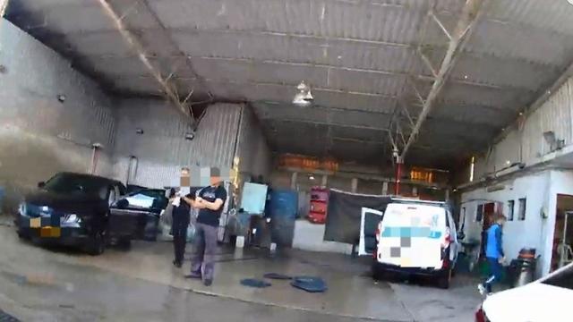 מתחם שטיפת המכוניות שנקנס בעכו ( צילום: דוברות המשטרה)