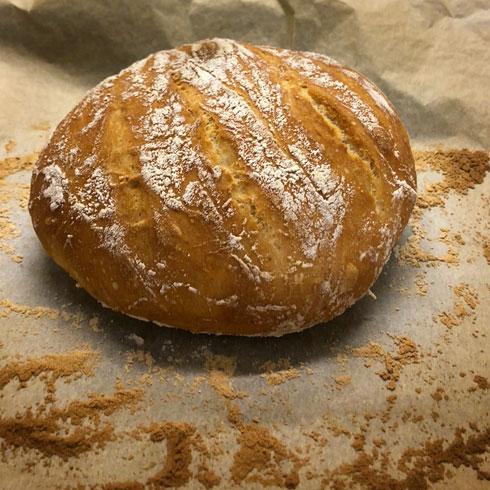 זמן טוב לניסויים קולינריים. לחם הזיתים הביתי (צילום: אלון ליבנה)