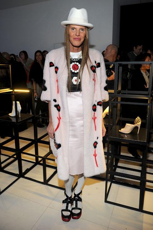 עורכת האופנה אנה דלו רוסו בנעליים של סרג'יו רוסי (צילום: Jacopo M. Raule/GettyimagesIL)