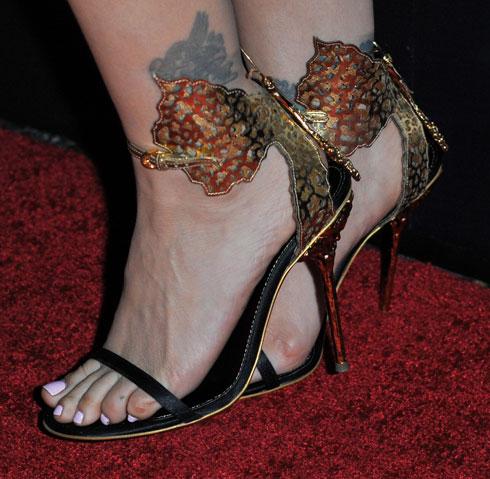 """""""הנעליים לא היו עוד אביזר עבורו – אלא ההמשך המושלם של רגל האישה"""" (צילום: AP)"""