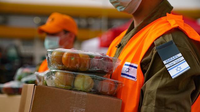 לוחמי הצנחנים וחטיבת הקומנדו מחלקים מנות מזון בבני ברק (צילום: דובר צה