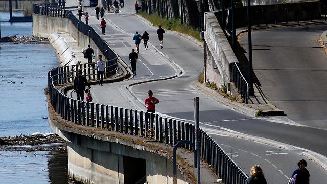 פריז מטיילים למרות משבר ה קורונה (צילום: AP)