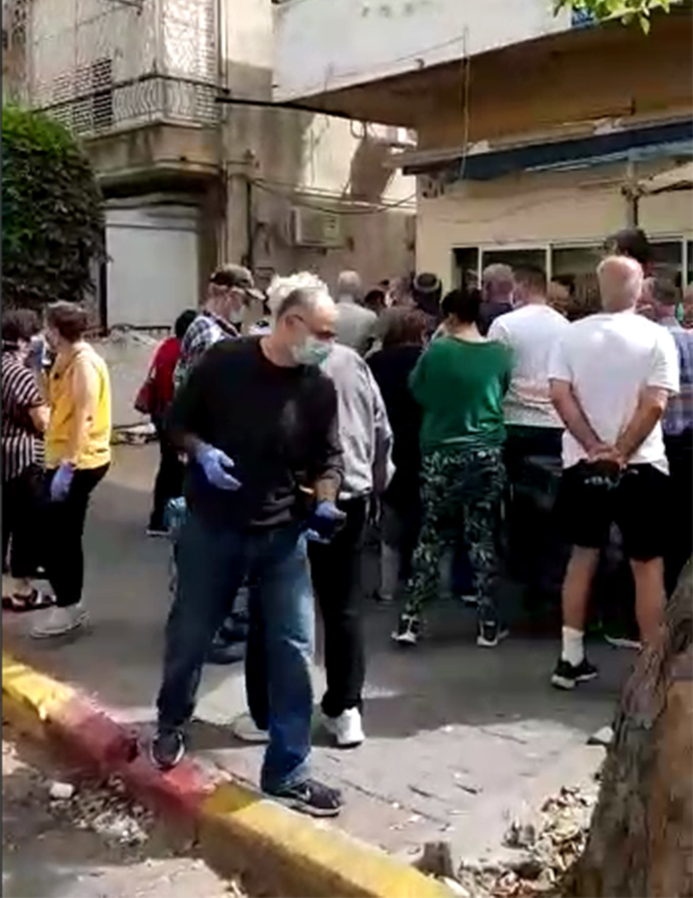 עומסים מחוץ לחנויות של ביצים לקראת חג הפסח ובצל התפשטות נגיף הקורונה ()