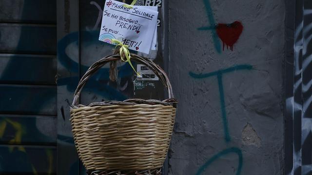 נגיף קורונה איטליה נאפולי אנג'לו פקוני סל הזדהות תרומות רחוב (צילום: AFP)