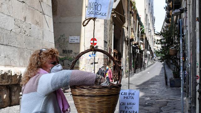 נגיף קורונה איטליה נאפולי אנג'לו פקוני סל הזדהות תרומות רחוב (צילום: mct)