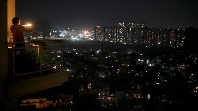 נגיף קורונה הודו מרפסות פרברי ניו דלהי מדליקים נרות (צילום: AP)